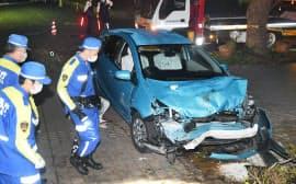 乗用車が歩道に乗り上げ2人をはねた病院の事故現場を調べる警視庁の捜査員ら(12日午後、東京都立川市)=為廣剛撮影