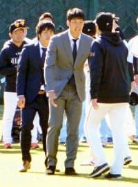 高橋由伸監督(右端)へあいさつ。巨人での8年間は残念だった=共同