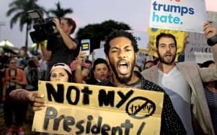 11日、中南米系が多いフロリダ州マイアミでは反トランプのデモが起きた=ロイター