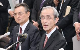 決算発表する三菱UFJフィナンシャル・グループの平野信行社長(右)=14日午後、日銀本店