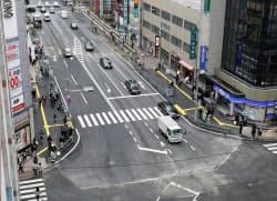 復旧した道路陥没事故現場を通行する車両(15日午前、福岡市博多区)