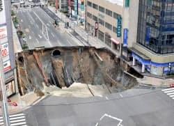 博多駅近くで発生した道路の陥没(8日午前8時ごろ、福岡市博多区)