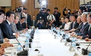 働き方改革実現会議であいさつする安倍首相(16日、首相官邸)