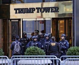 17日、警備員らが玄関に立つニューヨークのトランプタワー。安倍首相とトランプ氏の会談の会場となる=AP
