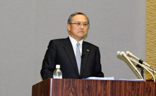 記者会見する全銀協の国部会長(11月17日、東京都千代田区の銀行会館)
