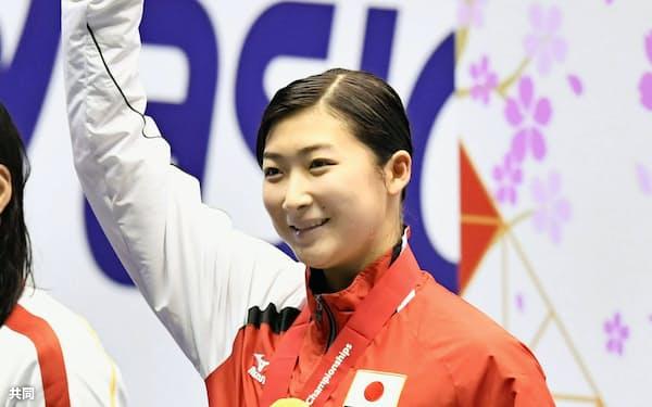 女子50メートルバタフライで優勝し、声援に応える池江璃花子(18日、東京辰巳国際水泳場)=共同