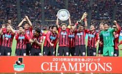 優勝してJ1昇格を決め、喜ぶ札幌イレブン(20日、札幌ドーム)=共同