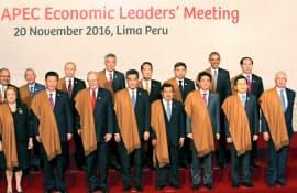 APEC首脳会議で記念撮影する各国首脳ら(20日、リマ)=代表撮影・共同
