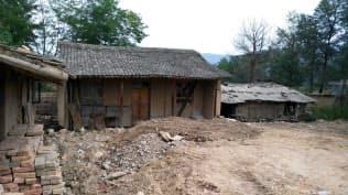 甘粛省の貧村では土壁の粗末な住宅が並んでいた