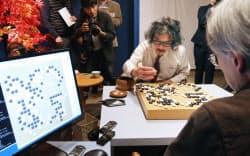 第2回囲碁電王戦第3局で囲碁ソフト「DeepZenGo(ディープゼンゴ)」に勝利した趙治勲名誉名人(中)=23日午後、東京都千代田区
