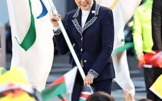 小池百合子東京都知事はアスリートファーストとの言葉を使うが…=共同