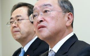 自民党税調の宮沢洋一会長(右)と公明党税調の斉藤鉄夫会長(2015年12月)