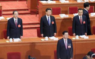 習近平国家主席(中央)の基盤である「太子党」も対米経済関係に深く関わっている(2016年3月、北京の人民大会堂)=写真 小高顕