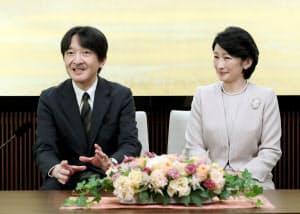 51歳の誕生日を前に記者会見される秋篠宮さまと紀子さま(22日、東京・元赤坂の秋篠宮邸)=代表撮影
