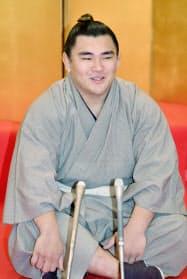 新十両昇進が決まり、記者会見する大相撲の照強(30日午前、福岡県太宰府市)=共同