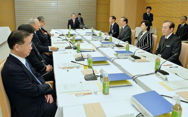 首相官邸で開かれた天皇陛下の退位を巡る有識者会議(30日)