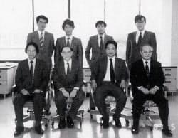 日文研発足のころ、教官と梅原氏(前列右から2人目)