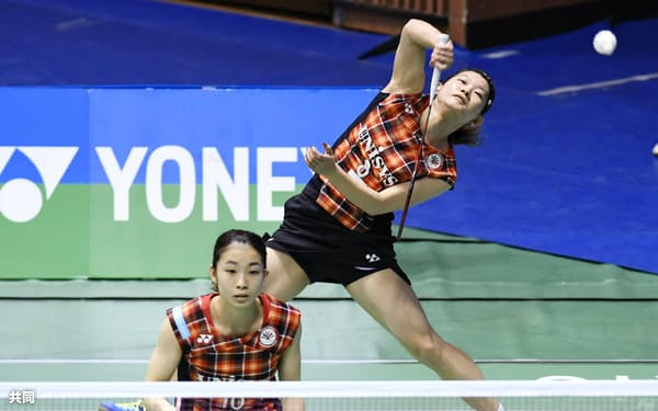 女子ダブルスで快勝した高橋(奥)、松友組(30日、代々木第二体育館)=共同