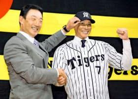 同じFAで阪神入りした金本監督(左)は良きお手本になる=共同