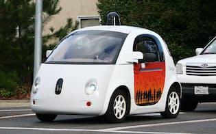 テスト走行で公道を走るグーグルの自動運転車(米カリフォルニア州マウンテンビュー)