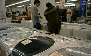 節約志向から割安な中古家電製品を買い求める人も(千葉市のトレジャーファクトリー幕張店)