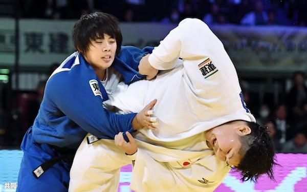 女子78キロ超級決勝 素根輝(左)を破り、初優勝した朝比奈沙羅(4日、東京体育館)=共同