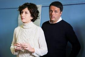 4日、投票するレンツィ首相夫妻=ロイター