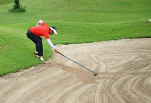 バンカーショットをしたら、後から来る人のために丁寧に砂をならすのがマナー