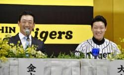 阪神の新入団発表で笑顔を見せる金本監督(左)と大山悠輔内野手(5日、大阪市内のホテル)=共同