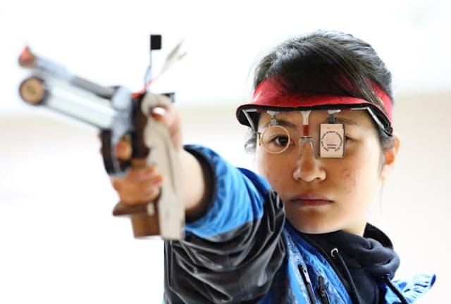 マイルによる支援を受けて練習を続けるエアピストル女子、上田ゆい選手