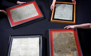 大英図書館に展示されるため集められたマグナ・カルタの四つの公式写本(大英図書館提供・共同)