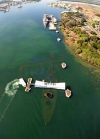 真珠湾にある戦艦ミズーリ(上)とアリゾナ記念館(下)=ロイター
