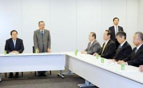 与党税制協議会であいさつする自民党税調の宮沢会長(左から2人目)。左端は公明党税調の斉藤会長(8日午後、衆院第2議員会館)