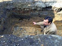 真田丸跡の学術発掘で見つかった盛り土の痕跡と千田教授(9日、大阪市天王寺区)