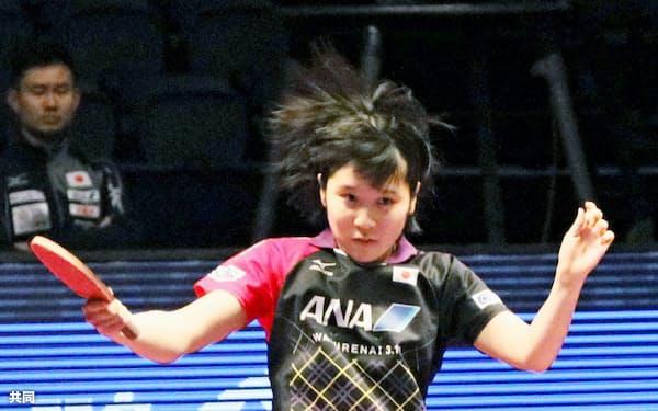 女子シングルス準決勝でプレーする平野美宇(10日、ドーハ)=共同