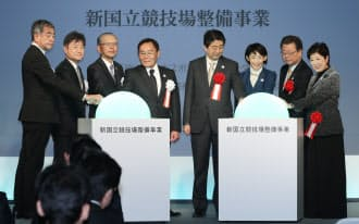 新国立競技場の起工式に出席した小池都知事(右端)、安倍首相(同4人目)ら=11日午前、東京都新宿区