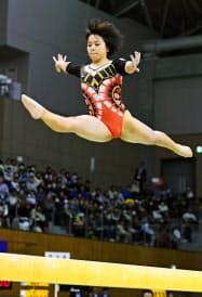 平均台で優勝した村上茉愛(11日、豊田市総合体育館)=共同