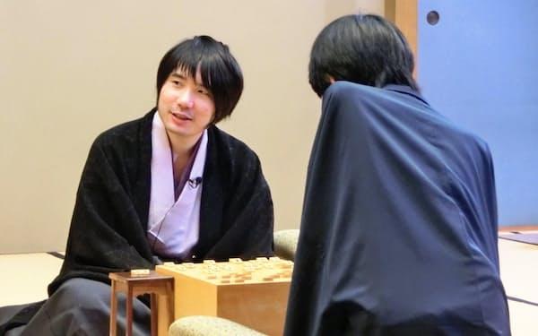 第2期叡王戦で優勝した佐藤天彦名人(左)(11日、東京都港区)