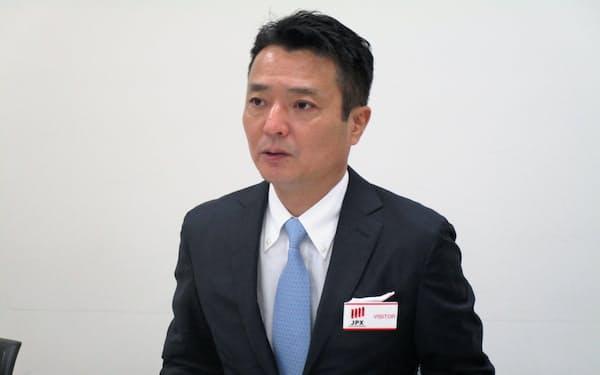 東京証券取引所で上場会見をする板倉広高社長