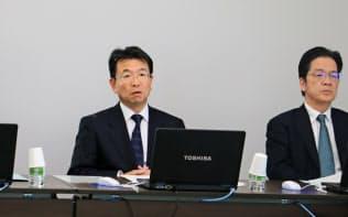 小野薬品工業の相良暁社長(左)は11月の決算会見の場でオプジーボの大幅値下げに苦言を呈した(大阪市)