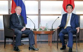 会談に臨むロシアのプーチン大統領(左)と安倍首相(15日午後、山口県長門市の大谷山荘)=代表撮影