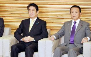 安倍首相(左)のもとで予算編成は静かに進んでいるように見えるが……(6日の閣議で麻生副総理・財務相と)