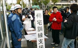 東海地震に備え、帰宅訓練をする参加者ら(2002年11月、名古屋市内)