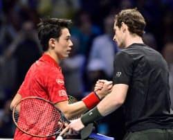 ATPツアー・ファイナルではマリー(右)にフルセットの末敗れた=共同