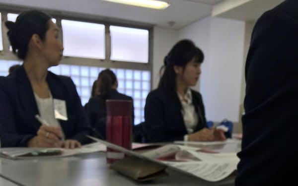 東京しごと財団が11月に開催したセミナーで再就職に控える主婦ら(東京都墨田区)