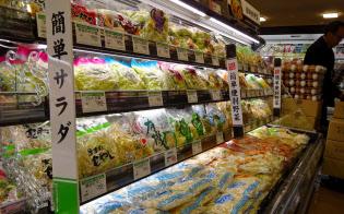 カットサラダは野菜の価格が高騰した際、価格の安定した手軽な手段として重宝された(埼玉県のスーパー)