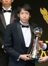 最優秀選手賞を受賞し、トロフィーを手にする川崎の中村憲剛(20日、横浜アリーナ)=共同
