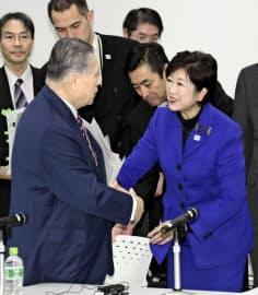 東京都の小池百合子知事(右)。大会組織委との不協和音も伝えられる=共同