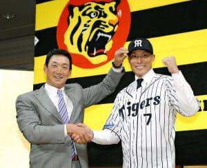 オリックスから阪神に移籍した糸井(右)の決断にはチームの成績も影響したかもしれない=共同