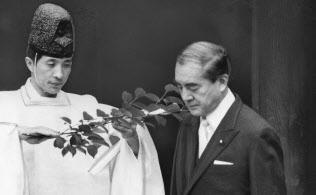 靖国神社に参拝する中曽根康弘元首相(1984年4月21日)
